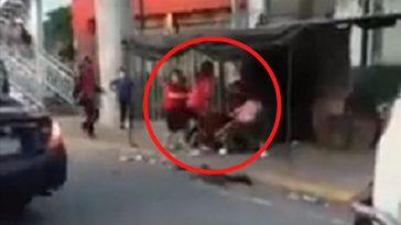 dos mujeres se pelean en una calle de El Salvador
