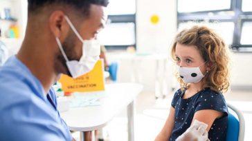enfermero vacuna a niña estadounidense contra el covid