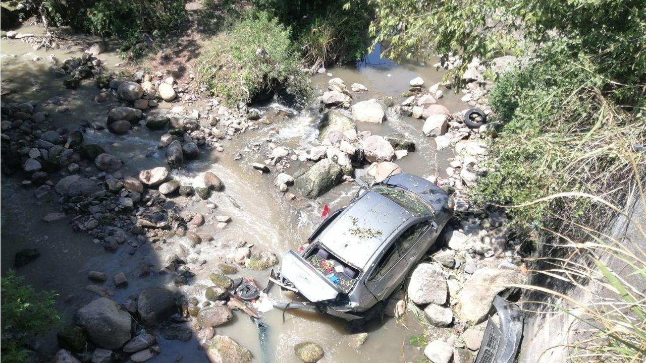 Hondureña que conducía a exceso de velocidad estuvo a punto de morir, mira dónde terminó su vehículo