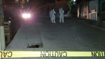 personal forense realiza levantamiento de cadaver
