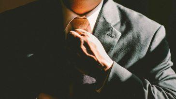 hombre se compone su corbata