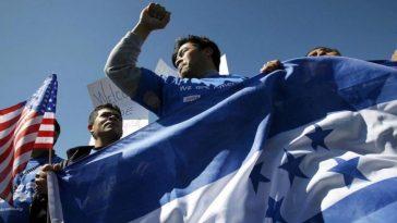 inmigrantes hondueños sostiene la bandera en estados unidos
