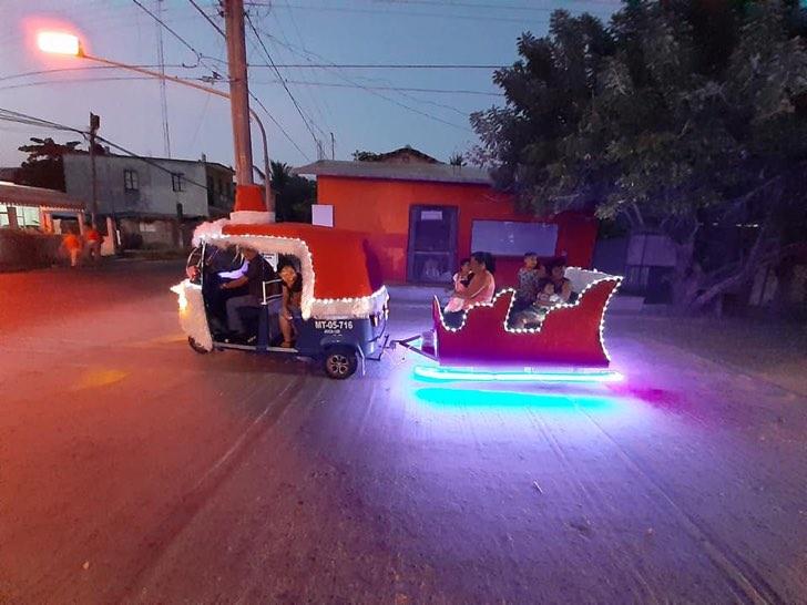 Este abuelo en México modificó su mototaxi para alegar la navidad de los niños y pasajeros.