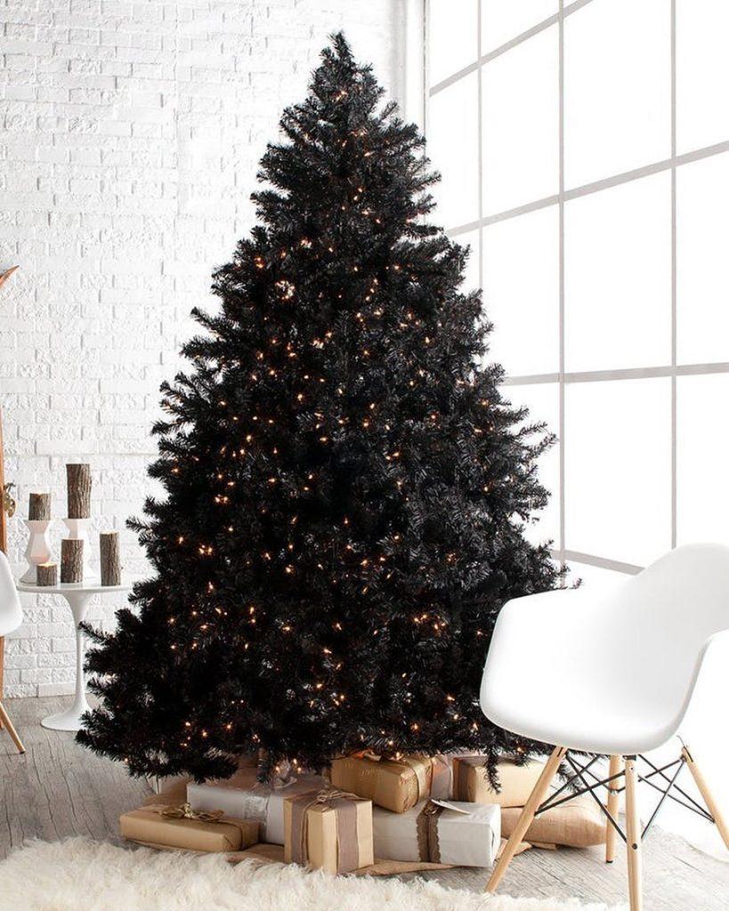 Los árboles de navidad negros pueden lucir sin decoraciones y aún así ser muy llamativos.