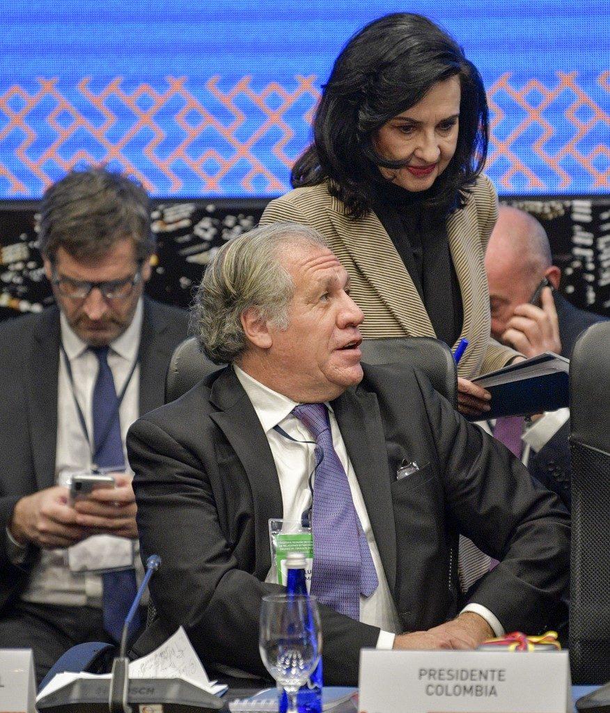 La Ministra de Relaciones Exteriores de Colombia, Claudia Blum de Barberi (Atrás), y el Secretario General de la Organización de los Estados Americanos (OEA), Luis Almagro, asisten a la 30ª Reunión de Consulta de Ministros de Relaciones Exteriores del Tratado Interamericano de Asistencia Recíproca (TIAR ), en Bogotá el 3 de diciembre de 2019. (Foto de Raúl ARBOLEDA / AFP).