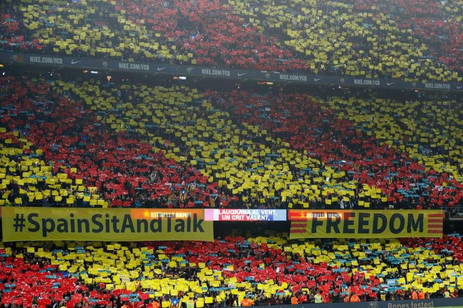 """Pancartas con el lema escrito en inglés """"España siéntate y habla"""""""