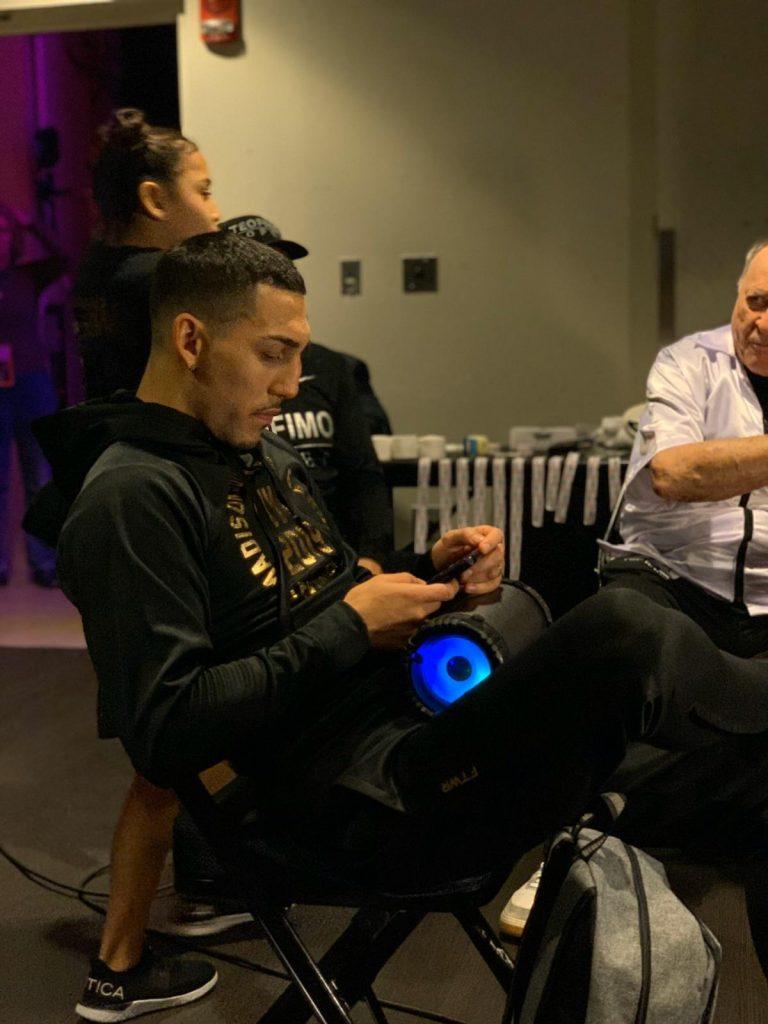 A minutos de iniciar su combate por el título mundial de peso ligero. López se toma un momento para relajarse.