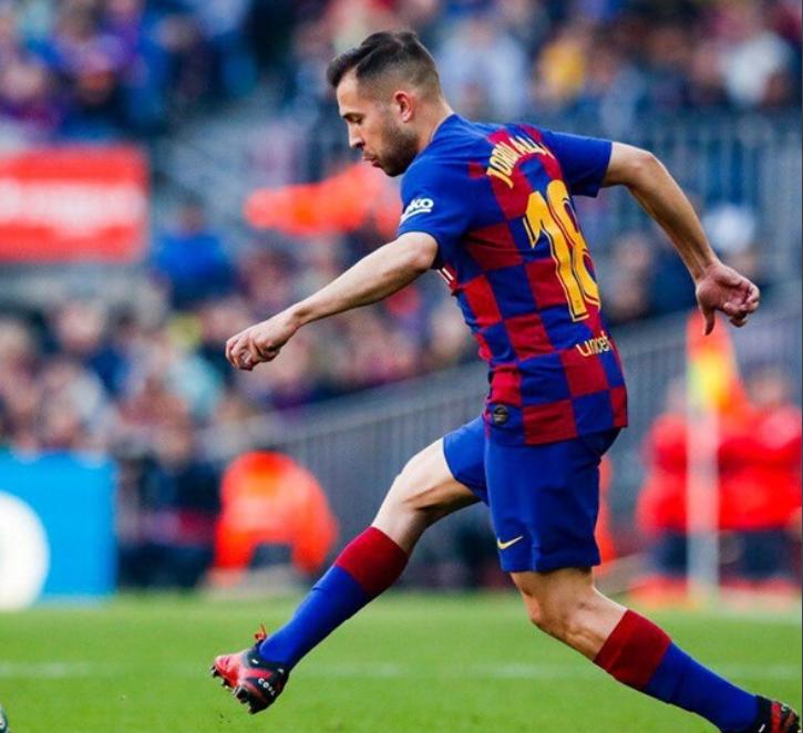 El lateral izquierdo, de 30 años de edad, fue sustituido en el encuentro por Junior Firpo a los 20 minutos de comenzado el encuentro en el Camp Nou.