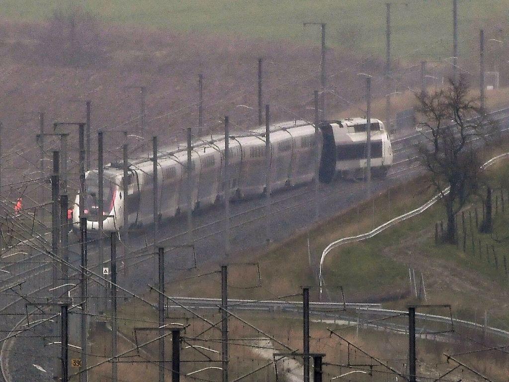 """Un portavoz de la compañía ferroviaria francesa SNCF precisó que el conductor, """"gravemente herido"""" víctima de un traumatismo dorsal, fue evacuado en helicóptero."""