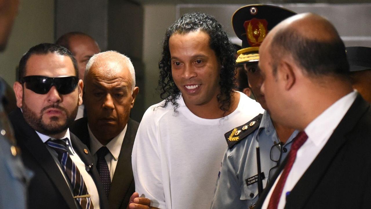 Ronaldinho y su hermano están presos desde el viernes por la noche en el cuartel de la Agrupación Especializada de la Policía.