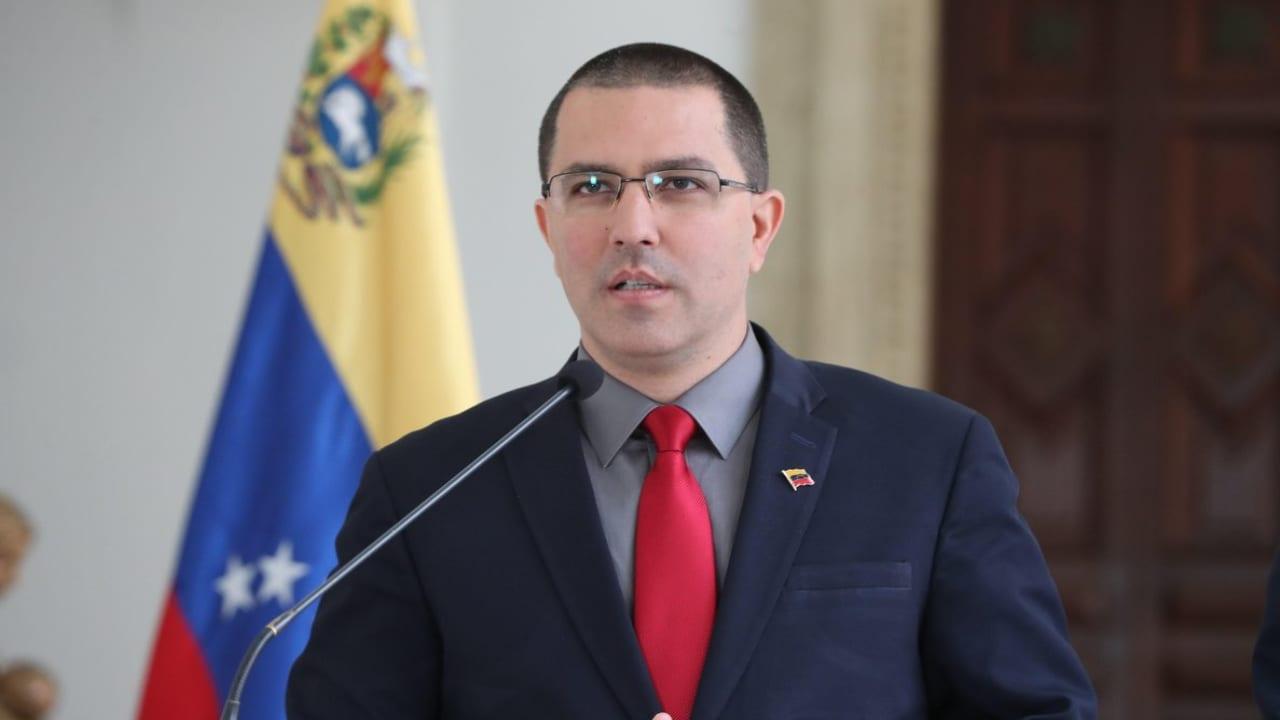 """Ofrecer recompensas al estilo de los vaqueros racistas del lejano oeste demuestra el desespero de Washington y su obsesión con Venezuela"""", apuntó el canciller Jorge Arreaza."""