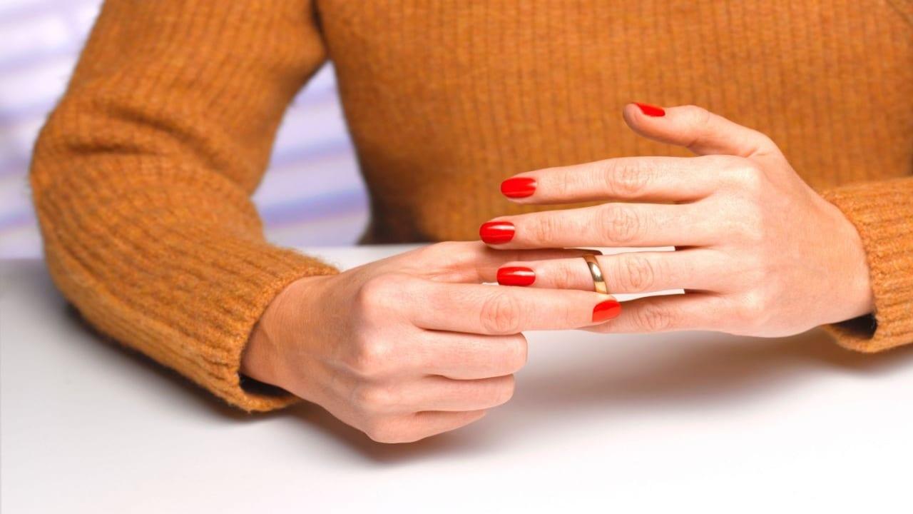 Nunca se debe de utilizar gel desinfectante de manos, especialmente en gemas o perlas, porque dañarán la joya.