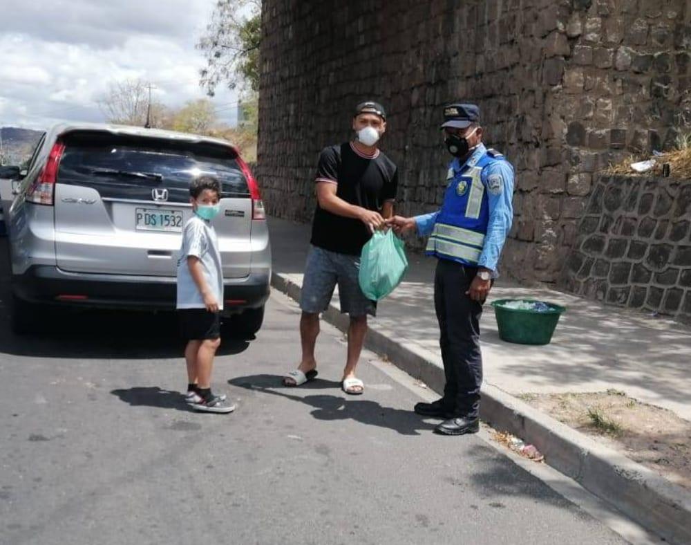 Marlon Licona junto a su hijo repartió alimentos a miembros de la Policía Nacional en distintos puntos de la capital
