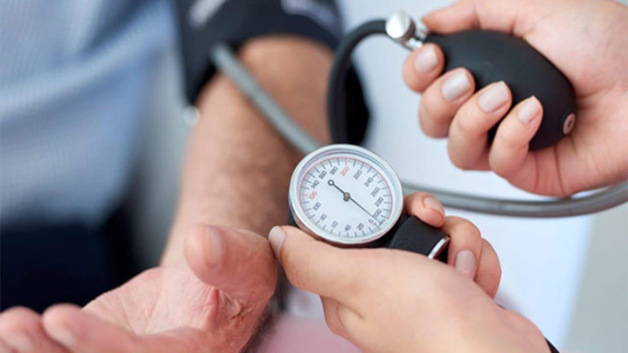 Según un estudio en Italia, la hipertensión es la patología más frecuente en los pacientes muertos por covid-19.