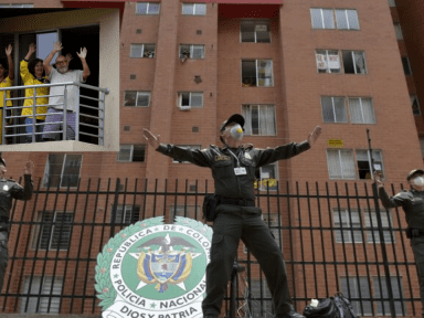 Coronavirus: Policías en Colombia salen a las calles para dar clases de zumba durante el confinamiento