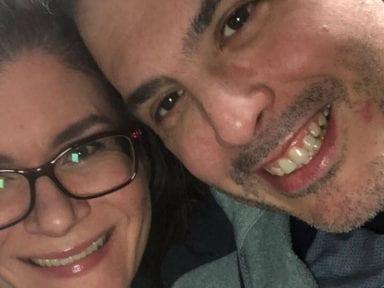 Él moría por culpa del coronavirus mientras su esposa le cantaba la canción de su boda