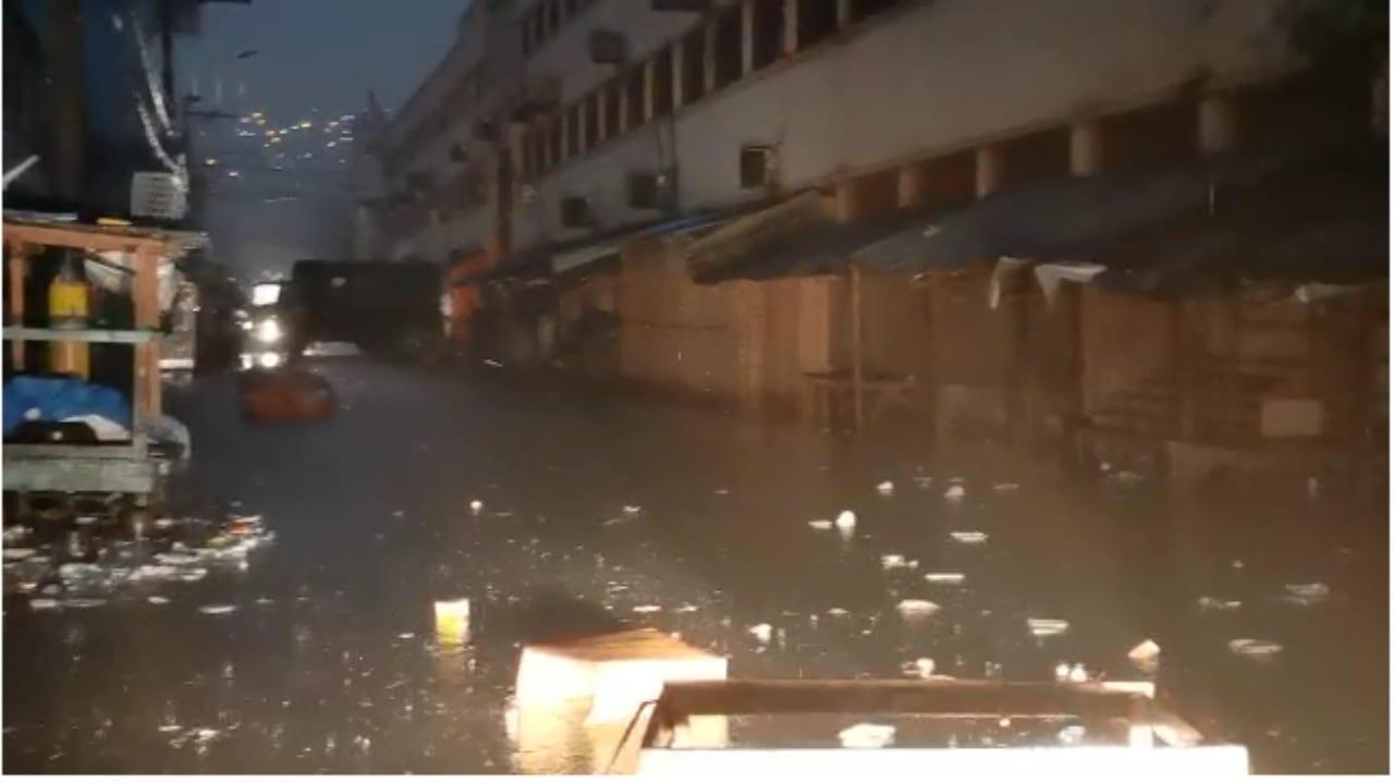 Unas horas de lluvia nuevamente bastaran para que los tragantes en la zona de los mercados se taparan y se induran a una semana que el Colón y San Isidro se quemaran.
