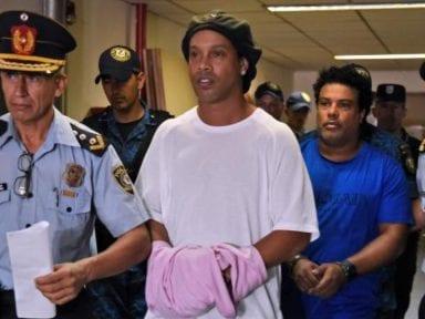 Firmando un autógrafo, así salió Ronaldinho de la cárcel hacia un hotel de Paraguay donde cumplirá su encierro