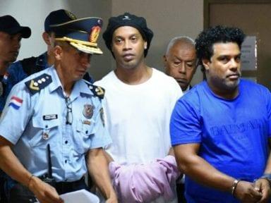 Ronaldinho sale de la cárcel en Paraguay, pero seguirá guardando prisión domiciliaria