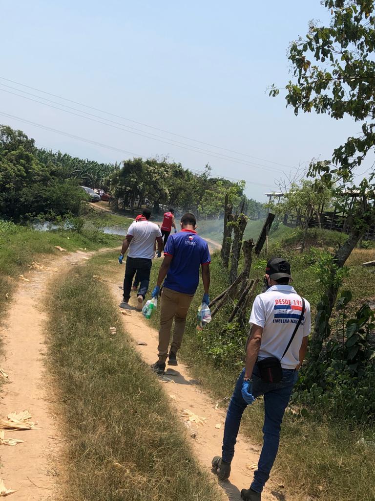 Algunos de los jóvenes caminaron para llegar a más personas. Foto: tunota.com