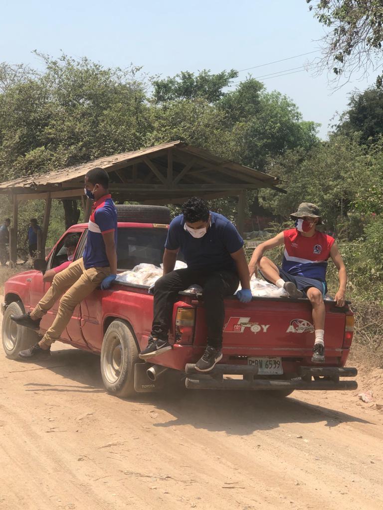 Los jóvenes se trasladaron en vehículo para llevar los víveres.