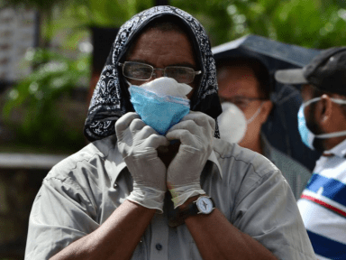 Hondureño deportado de Estados Unidos agredido por vecinos de residencial al tener síntomas de coronavirus, ver video