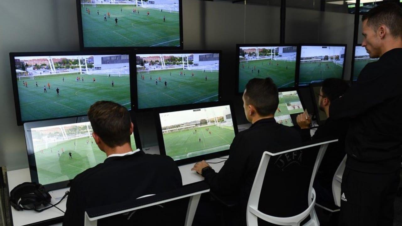 Las salas donde se ubican los árbitros asistentes de vídeo impiden que se mantenga el distanciamiento de un metro y medio que establecen los protocolos sanitarios, sostiene la UEFA.
