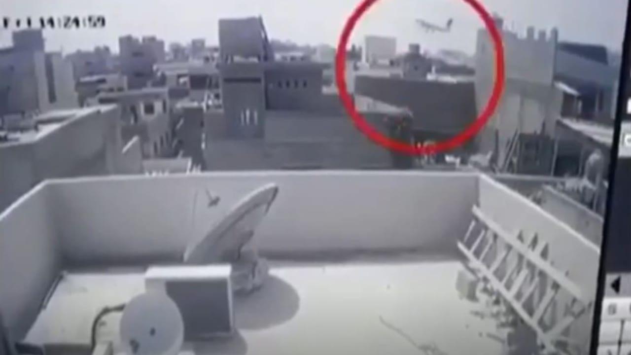 El accidente sucedió a cercanías del aeropuerto de Karachi, donde el avión intentaba aterrizar.