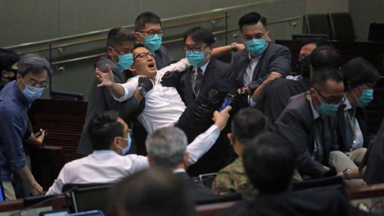 Los diputados que se opusieron al proyecto de ley que penaliza el irrespeto al himno de China, tuvieron que ser sacados del Consejo Legislativo.