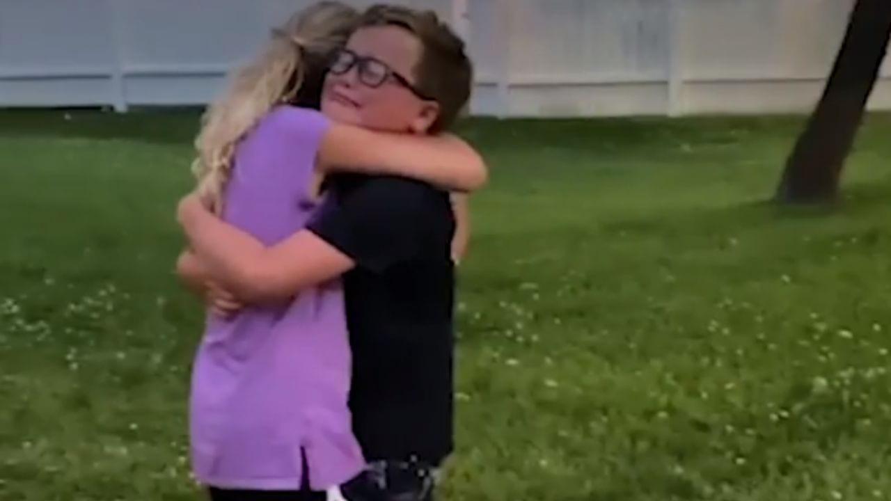 Después de meses de no poder acercarse, sus padres finalmente acordaron dejarlos abrazarse sin esperar esa reacción.