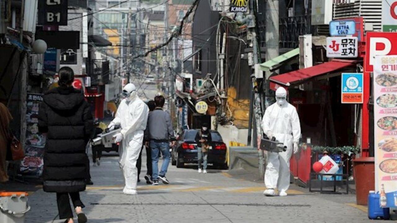 El nuevo brote fue detectado en una zona de diversiones nocturnas en Seúl, en donde se ha comenzado a localizarse al menos a 3 mil personas