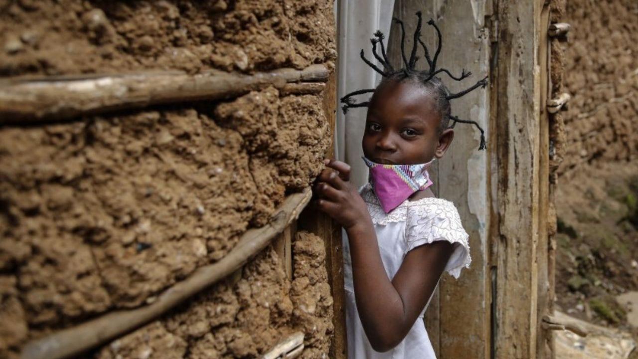"""La gente lo pide como el """"peinado coronavirus"""", cuesta 50 shillings, que equivale a tan solo 50 centavos de dolar (unos 12 lempiras)"""