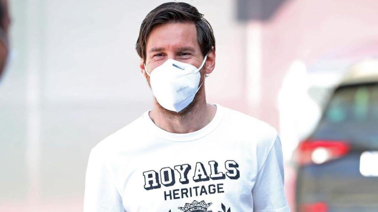 Los futbolistas, encabezados por Lionel Messi, llegaron con guantes y mascarillas de uso obligatorio que ha establecido LaLiga para regresar a las actividades.