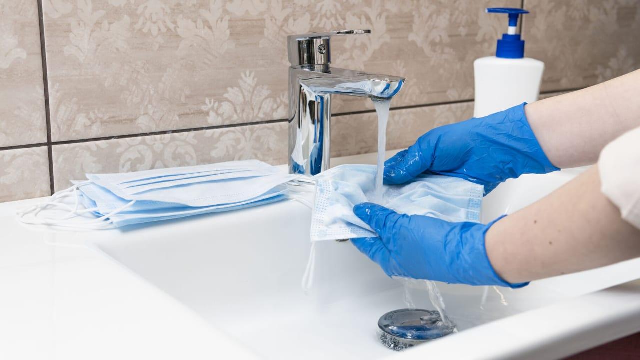 Las mascarillas desechables deben ser arrojadas inmediatamente a la basura; para desinfectar los cubrebocas de tela debes seguir estos pasos.