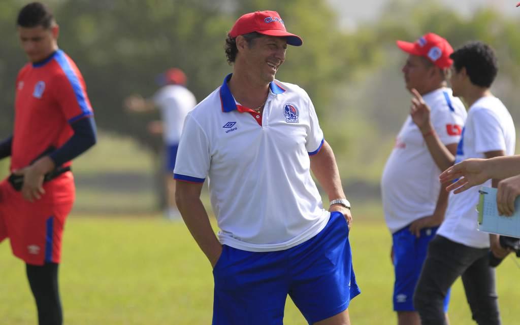 El director técnico argentino ser mantiene en contacto con los jugadores del León.