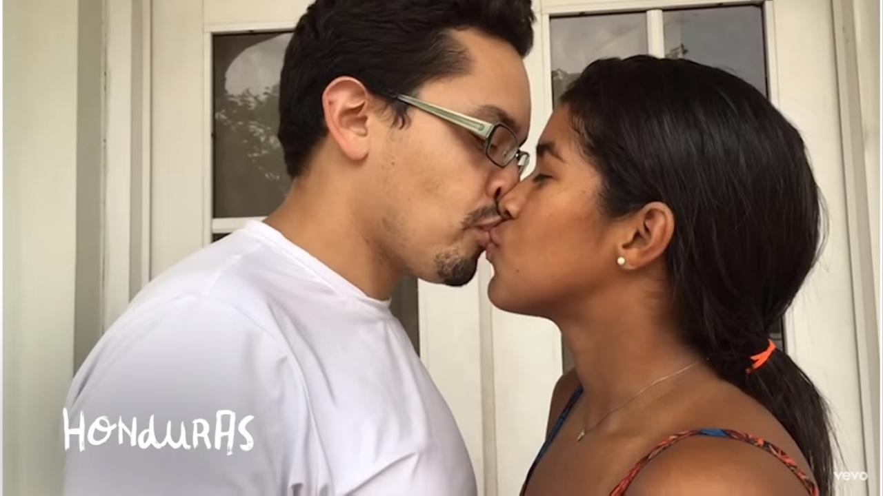 113 parejas del mundo entre famosos y anónimos comparten besos en un nuevo vídeo de Residente que ha roto paradigmas, una vez más