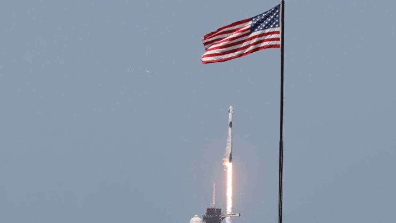 La cápsula viajó durante 19 horas con dos astronautas a bordo, en una histórica jornada para el programa espacial estadounidense