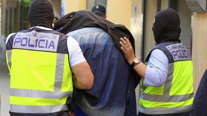 Descubren a hondureño estrangulando a su novia en España y es detenido por la policía