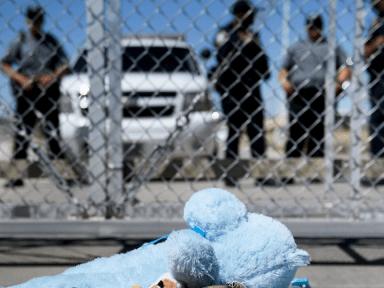 Juez determinó que el gobierno de Estados Unidos libere a niños migrantes bajo custodia de ICE