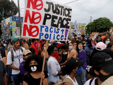 Camisa de la Selección de Honduras resalta entre manifestantes tras muerte de George Floyd