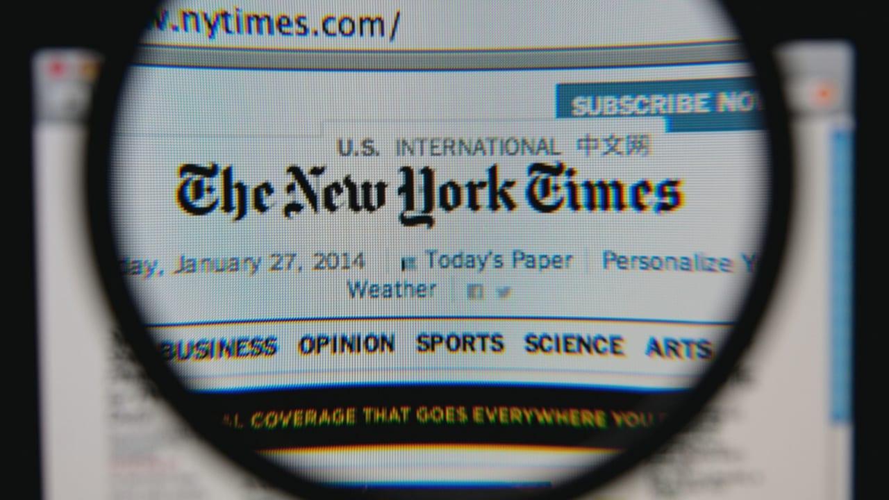 Su salida se produce cuando las empresas de noticias de todo el mundo se enfrentan a una disminución de lectores de medios impresos