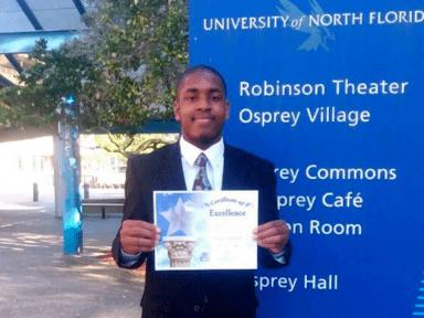Adolescente afroamericano que vivió en la calle se graduó como en el mejor de su clase
