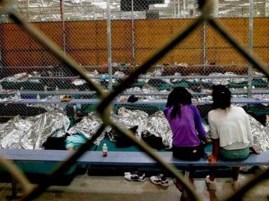 Estados Unidos podría separar a familias migrantes tras orden de liberar a menores