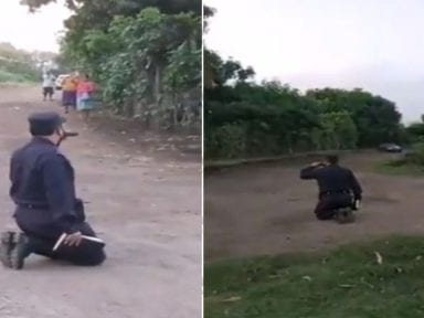 De rodillas en la calle, policía de El Salvador clama misericordia por víctimas del covid-19
