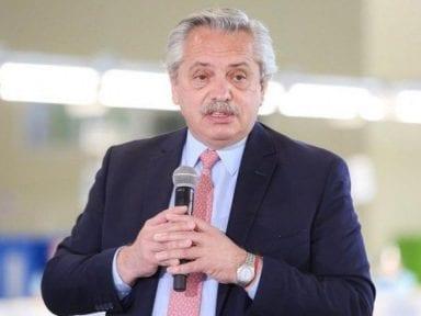 Mandatario argentino indignado por actuación de diputado al besar el pecho de una mujer en plena sesión
