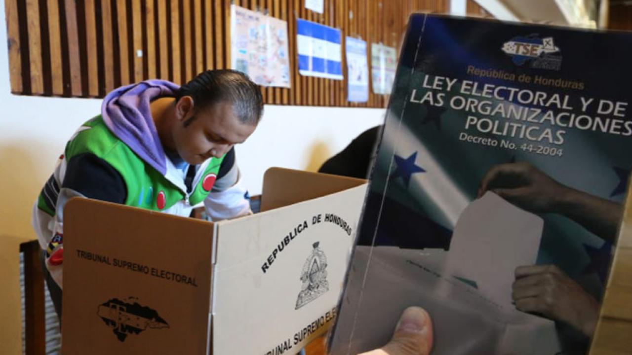 """Libre exige nuevo censo electoral, el Partido Nacional buscaría """"controlar"""" las mesas electorales y el Partido Liberal ahora exige segunda vuelta."""