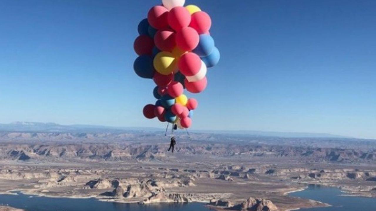 El hombre soltó los globos al superar una altura de más de 7 mil metros y el video es una locura.