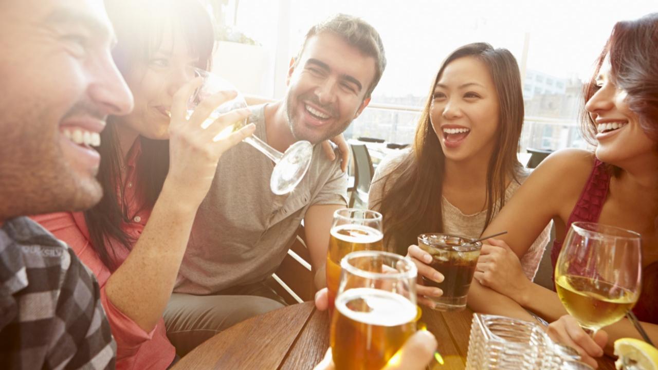 Según expertos estadounidenses, uno o dos tragos de alcohol al día es lo ideal para no afectar el cerebro.