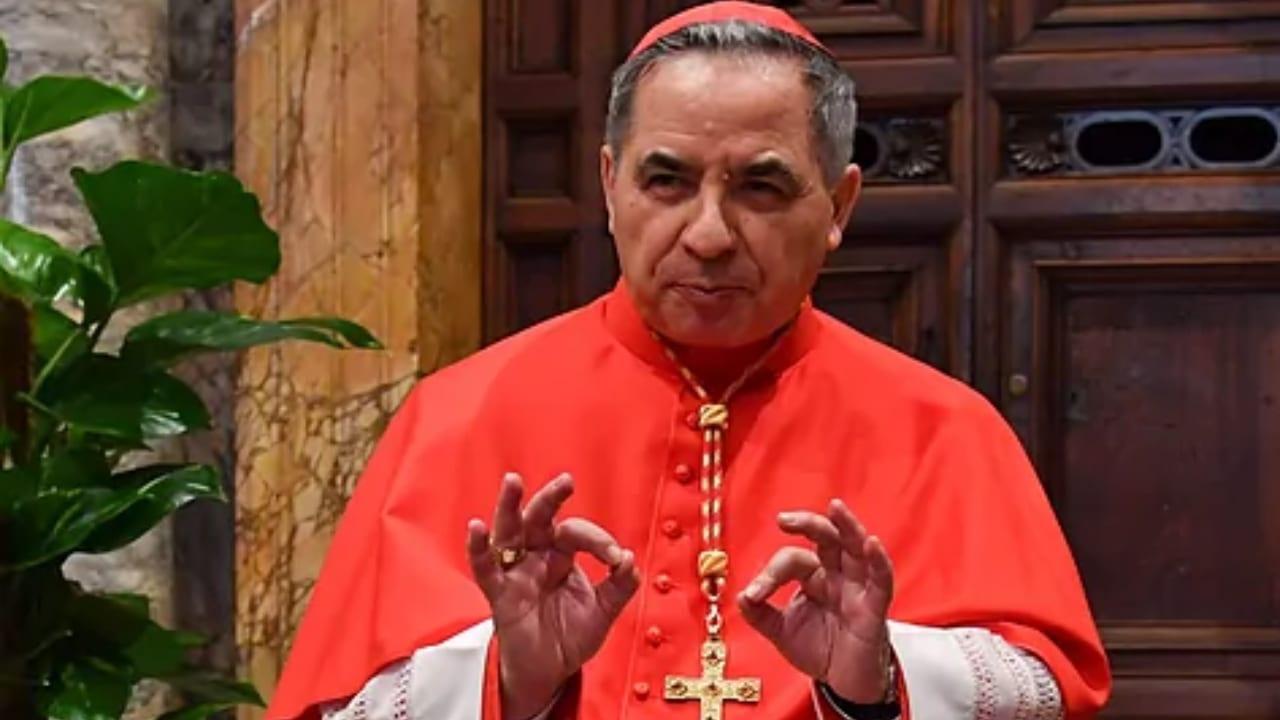 El cardenal Becciu negó haber desviado dinero, según fuente del diario L'Espresso.