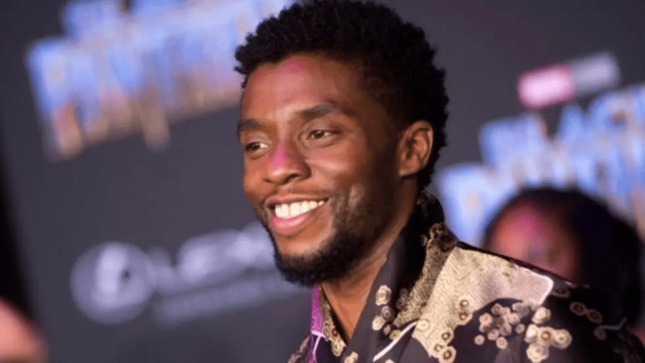 """Un artista hizo una pintura del actor en su personaje como T'Challa, mientras hace el saludo de """"Wakanda Forever"""". A su lado se encontraba un niño de color con una bata de hospital"""